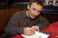 O alpinista francês Jean Christophe Lafaille autografando livros na Librería Desnivel. Foto: desnivelpress.com